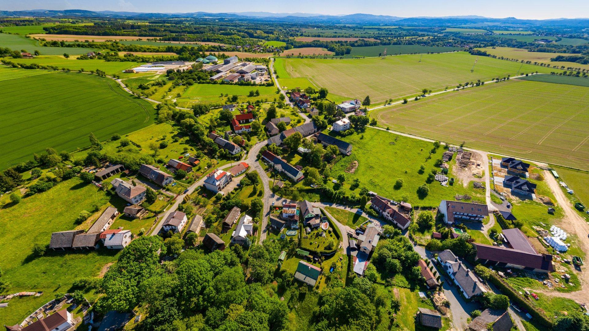 Letecký pohled na obec Chocnějovice